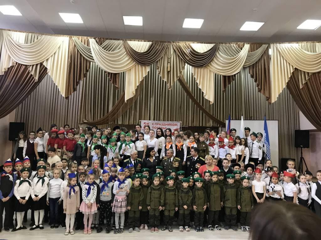 Торжественная линейка в школе, посвященная открытию года «Памяти и славы»